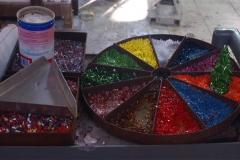 Différents morceaux de verre taille prêts à être chauffés