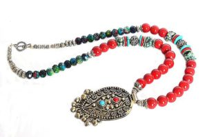 Collier en perles bleues et rouges brillantes - 2