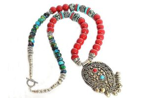 Collier en perles bleues et rouges brillantes