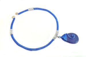 Collier en fil d'alu bleu