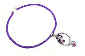 Collier en fil d'alu violet