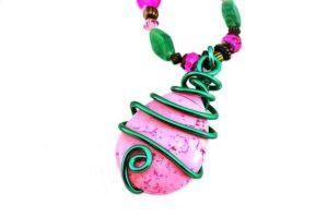 Collier en fil d'alu rose et vert - Détail
