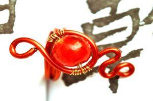 Bague rouge en perle de verre et fil d'alu - Collection Agathe