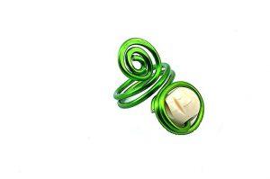 Bague avec perle en os et fil d'alu vert - Collection Agathe