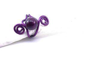 Bague avec perle en bois et fil d'alu violet - Collection Agathe