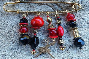 Broche rouge en bois et métal - Collection Tarentelle