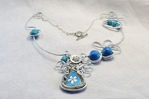 Collier torsadé bleu en fil d'alu - Collection chrysalide