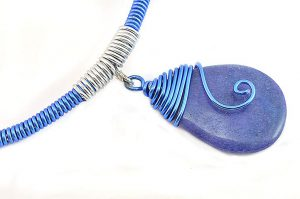 Collier en fil d'alu bleu - Collection Chrysalide