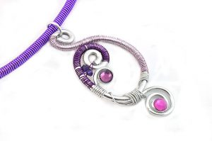 Collier en fil d'alu violet - Collection Chrysalide