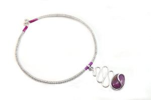 Collier en fil d'alu et porcelaine - Collection Chrysalide