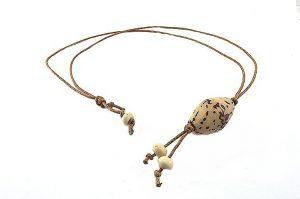 Pendentif avec perles en corne et graine - Collection Epernay