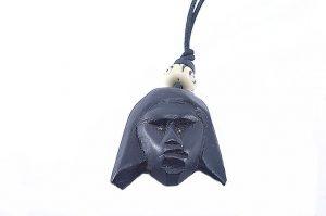 Pendentif avec tête sculptée marron foncé - Collection Noudjali