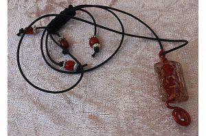 Pendentif rouge et fil d'alu - Collection Sydney