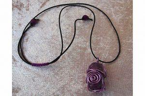 """Pendentif """"tout en violet"""" et fil d'alu - Collection Sydney"""