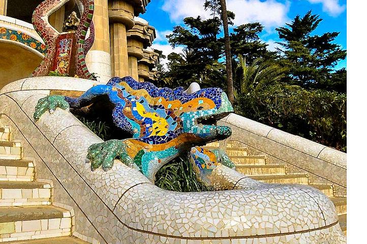 Une salamandre en pierre et mosaïques colorées